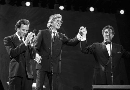 Desde la izquierda, Julio Iglesias, Manuel Alejandro y Plácido Domingo, en un concierto en Sevilla, el 12 de octubre de 1989.