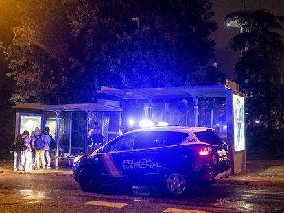 Dispositivo policial en las inmediaciones de Moncloa, tras haber incautado el alcohol a algunos jóvenes que se concentraban bajo las paradas de autobús por la lluvia.