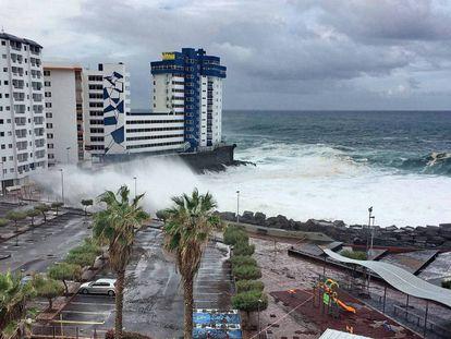 En vídeo, el fuerte oleaje arranca los balcones de un edificio de Mesa del Mar (Tenerife) afectados por el temporal.