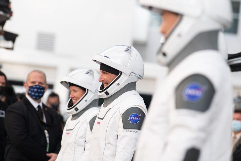 Tripulantes de la cápsula Dragon a la espera del despegue hacia la Estación Espacial Internacional.