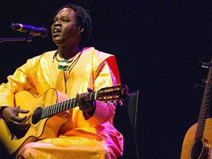 El cantante senegalés Baaba Maal, durante un concierto.