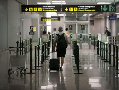 Un viajero, en la terminal 2 del aeropuerto de Barcelona-El Prat.