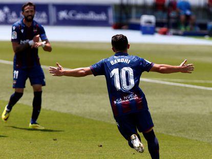 Bardhi celebra con Morales su gol frente al Betis este domingo en La Nucía (Alicante) en el duelo entre el Levante y el conjunto andaluz.