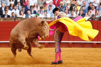 Roca Rey durante la faena de su primer toro en la Maestranza.