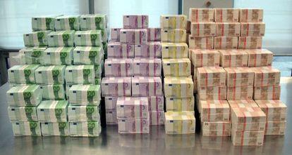 Fajos de billetes de euro.