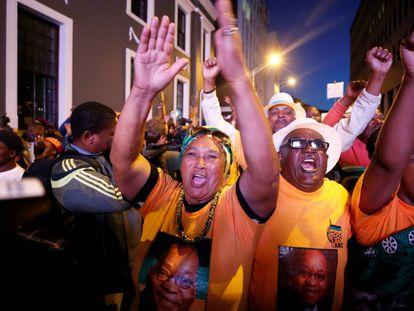 Partidarios de Zuma celebran que no haya prosperado la moción de censura, este martes en Ciudad del Cabo.