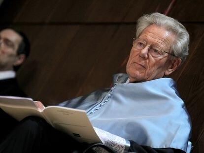El teólogo Hans Küng, durante la ceremonia en la que fue investido doctor honoris causa por la UNED en Madrid, en 2011.