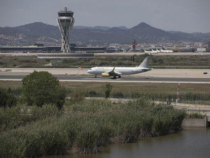 Un avión en la pista 3 del aeropuerto de Barcelona, el pasado junio.