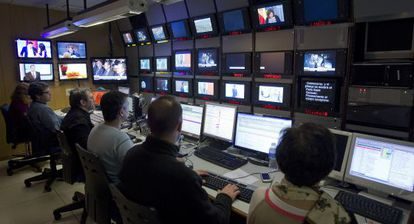 Sala de realización de Canal Sur televisión, durante la emisión de un informativo.