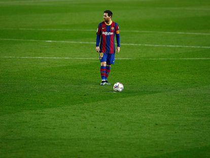 Messi se dispone a lanzar una falta en el partido de Liga ante el Elche