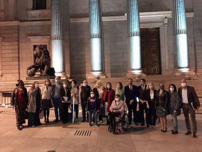 Delegación del Cermi a las puertas del Congreso de los Diputados tras la aprobación de la eliminación del Código Penal de la esterilización forzada a las personas con discapacidad el 16 de octubre pasado.