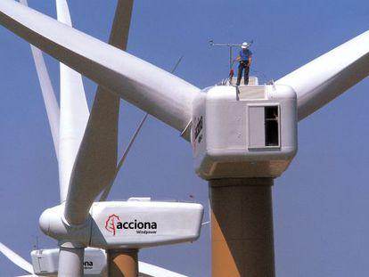 Instalación de aerogeneradores fabricados por Acciona Windpower.
