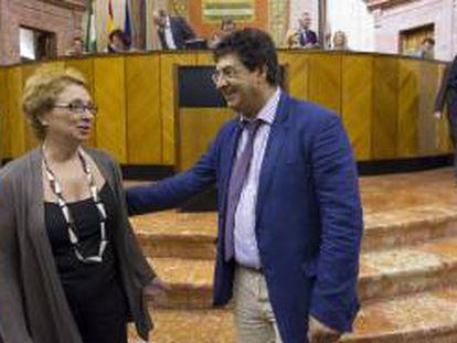 El vicepresidente del ejecutivo, Diego Valderas, conversa con la consejera de Hacienda, Carmen Martínez Aguayo (i).