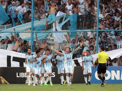 Jugadores e hinchas del Decano celebran la conquista de Menéndez.