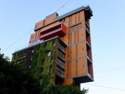 El premiado edificio East Village del arquitecto libanés Jean-Marc Bonfils, conocido por sus tareas de reconstrucción tras la guerra civil. Bonfils, que vivía en un apartamento de esta delgada torre falleció a causa de la segunda explosión, mientras grababa para Facebook los efectos que había provocado en el barrio la primera detonación. |