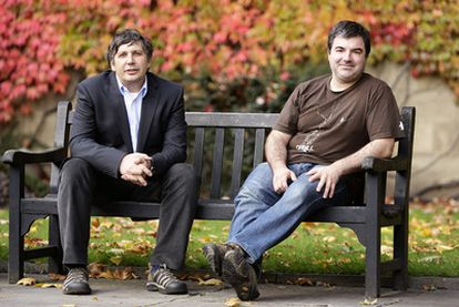 Andre Geim (izquierda) y Konstantin Novoselov, premios Nobel de Física, ayer en los jardines de la Universidad de Manchester.
