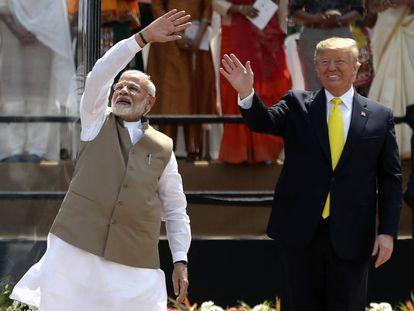 El primer ministro indio Modi salud junto a Trump, este lunes en el estadio de Ahmedabad.