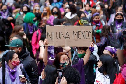 """AME742. BOGOTÁ (COLOMBIA), 25/11/2020.- Una mujer levanta una pancarta donde se lee """"Ni una menos"""" durante una marcha convocada hoy, con motivo del Día Internacional de la Eliminación de la Violencia contra la Mujer, en las calles de Bogotá (Colombia). Colectivos de mujeres marcharon por las calles de la capital colombiana para conmemorar el Día Internacional de la Eliminación de la Violencia contra la Mujer. EFE/ Mauricio Dueñas Castañeda"""