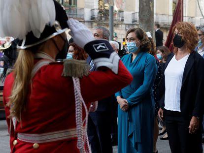 La alcaldesa de Barcelona, Ada Colau (c) durante la ofrenda floral del Govern al monumento de Rafael Casanova en Barcelona. EFE/Quique García