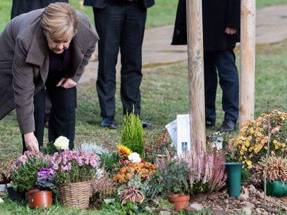 La canciller alemana, Angela Merkel, deposita una rosa en el memorial de las víctimas de la violencia de extrema derecha del grupo NSU en Zwickau, al este de Alemania el lunes.