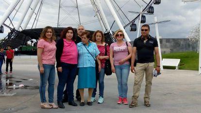 Martina Guerrero a la izquierda, con cinco de sus hermanos y la madre de ellos.