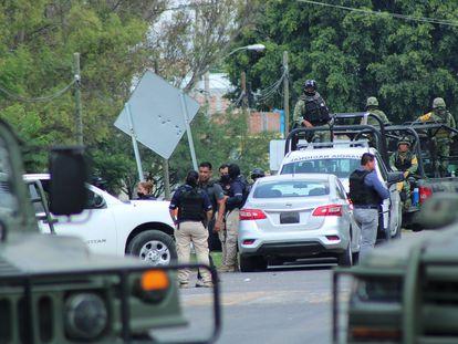 Unos retenes de la Guardia Nacional en Guanajuato tras la detención de El Marro.