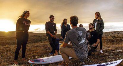 La selección nacional de surf en la playa de Pantín, en Valdoviño (A Coruña). De izquierda a derecha, Nadia Erostarbe (19 años), Aritz Aranburu (35), Ariane Ochoa (22), Vicente Romero (28; de espaldas), Gony Zubizarreta (35) y Leticia Canales (25).