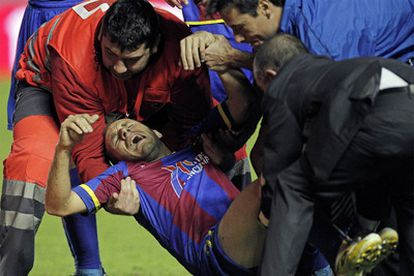 Juanlu, en el momento de ser retirado del campo por la entrada de Borja.