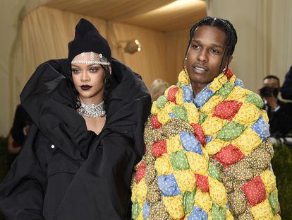Rihanna, y su pareja, pareja A$AP Rocky, a su llegafa a la gala del MET este lunes en Nueva York.