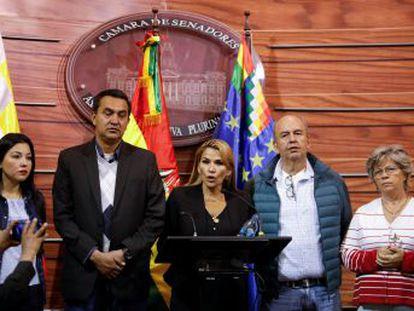 La vicepresidenta segunda del Senado recibe el apoyo de los partidos opositores y los dos tercios de la Cámara, fieles a Evo Morales, rechazan la sucesión