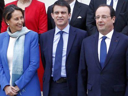 De izquierda a derecha, Ségolène Royal, Manuel Valls y François Hollande, este viernes tras el Consejo de Ministros.