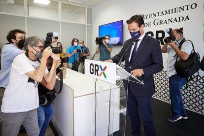 Luis Salvador, entonces alcalde de Granada, en rueda de prensa en junio.