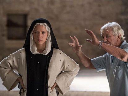 Un momento del rodaje de la película 'Bendetta'. En la imagen, la actriz Virginie Efira y el director Paul Verhoeven.