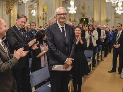 Modiano se dispone a leer su discurso del Nobel, en Estocolmo.