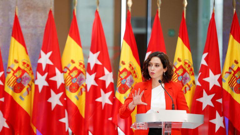La presidenta de la Comunidad de Madrid, Isabel Díaz Ayuso, atiende a los medios tras reunirse con el presidente del Gobierno, Pedro Sánchez.