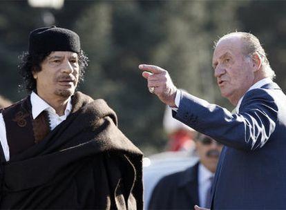 El Rey gesticula en presencia de Gadafi