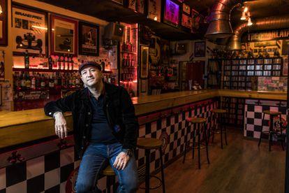 Sabi, dueño del Moloko Club Sound, posa en su bar, en Madrid.