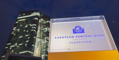 Un rótulo iluminado del BCE ante la sede de la institución en Fráncfort.