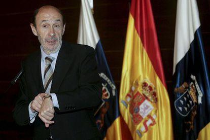 EEl ministro del Interior, Alfredo Pérez Rubalcaba, tras su reunión con el presidente autonómico canario Paulino Rivero.