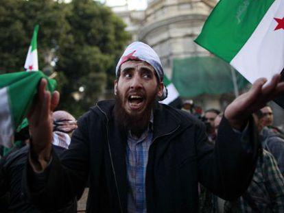 Manifestantes frente a la sede de la Liga en El Cairo.