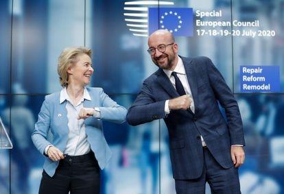 La presidenta de la Comisión Europea, Ursula Von Der Leyen, (a la izquierda) y el presidente del Consejo Europeo, Charles Michel, en Bruselas, Bélgica, tras firmar el acuerdo del fondo de recuperación europeo.