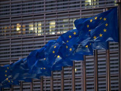 Banderas de la UE junto a la Comisión Europea, en Bruselas.