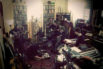 Jeff Tweedy, Mikael Jorgensen, Nels Cline, Patrick Sansone, Glenn Kotche, John Stirratt, en el <i>loft </i>de Wilco.