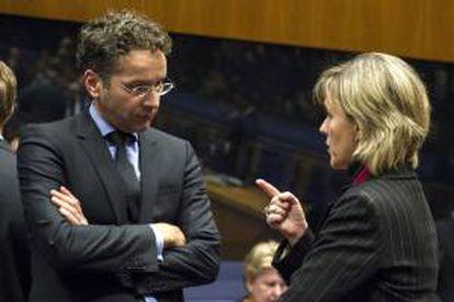 El ministro de Finanzas holandés y presidente del Eurogrupo, Jeroen Dijsselbloem, conversa con la ministra de Finanzas lusa, Maria Luís Albuquerque, durante la reunión del Eurogrupo celebrada en Luxemburgo, el 14 de octubre del 2013.