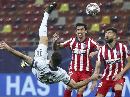 Giroud marca ante el Atlético de Madrid.