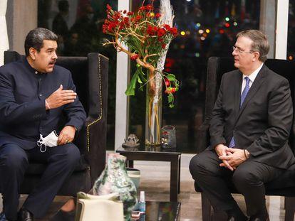 El presidente de Venezuela, Nicolás Maduro, y el canciller mexicano, Marcelo Ebrard, en el hangar del aeropuerto de Ciudad de México este viernes.