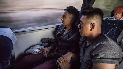 Josué y Bayron, a bordo del autobús que los lleva a Monterrey.