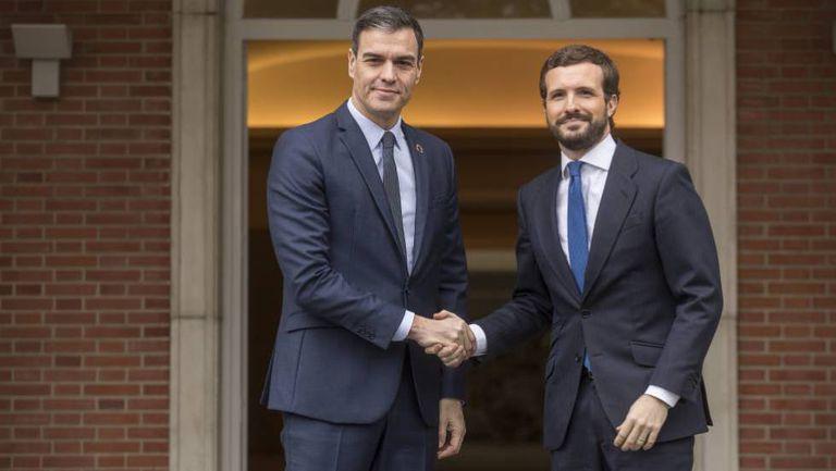 El presidente del Gobierno en funciones, Pedro Sánchez, recibe al líder del PP, Pablo Casado, el 17 de febrero.
