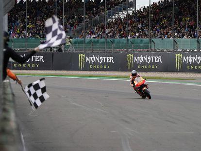 Pol Espargaró, en el circuito de Silverstone, tras lograr la pole position este sábado.