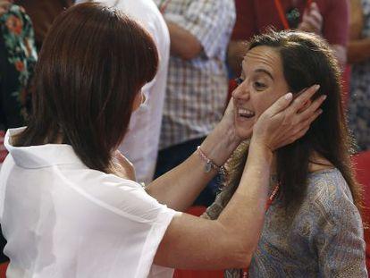 La presidenta del PSOE, Micaela Navarro, felicita a Sara Hernández.
